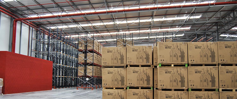 Paquetería en el interior de una plataforma logística