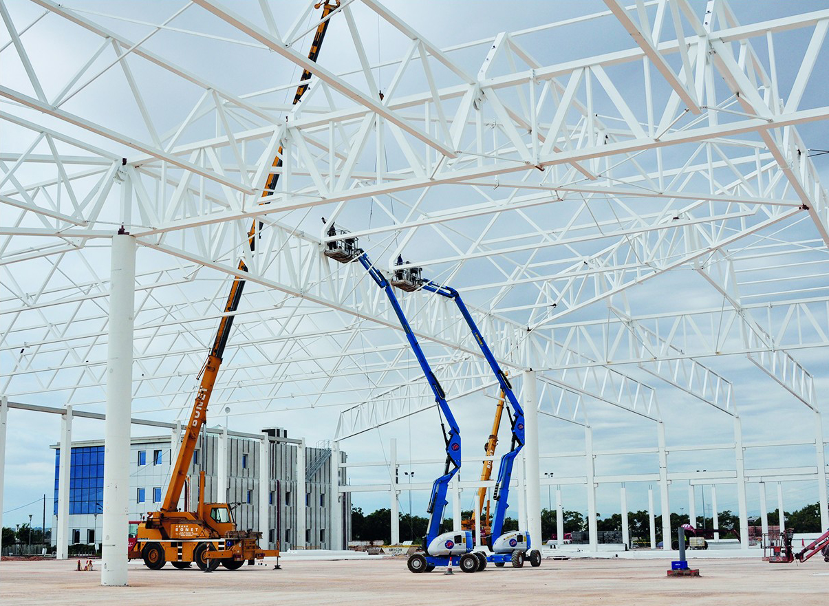 Centro logístico en fase de montaje de estructura