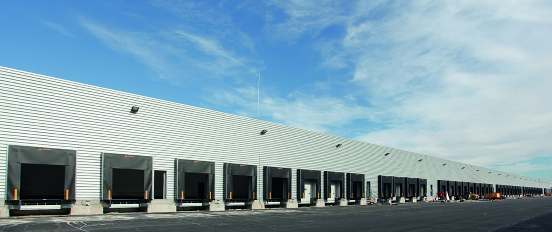 Muelles de un centro logístico cerca de Murcia